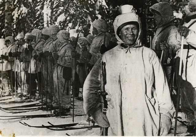Simo Häyhä after receiving the donated rifle.