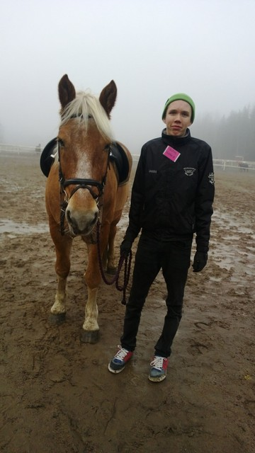 """Veikka huolehti Vautsista, joka taasen tarjosi turvallista tutustumista ratsastukseen """"ei ponikokoisille"""" kokeilijoille."""