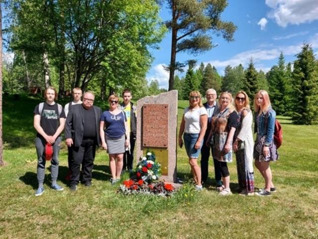 kuvassa_seppeleiden_lasku_venalaisten_sotilaiden_haudalle_12.06
