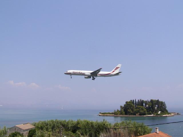 lentokone saapuu kentälle