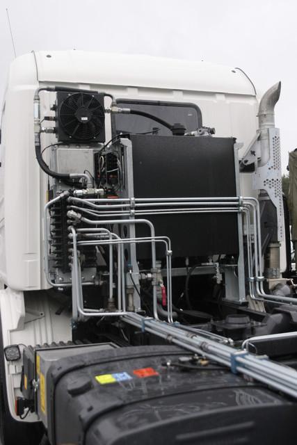Scania tienhoitoauton ohjaamon takana on melkoinen määrä hydrauliikkakomponentteja