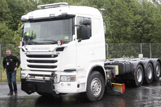 Scania V8 Euro 6 -koeajokiertueella Hämeenlinnassa 12.6. oli esillä myös uusi tienhoitoauton alusta