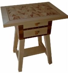 Pöytä laatikostolla