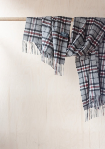 villakaulaliina-blanket-scarf-thomson-grey-tartan-hinta.jpg&width=400&height=500