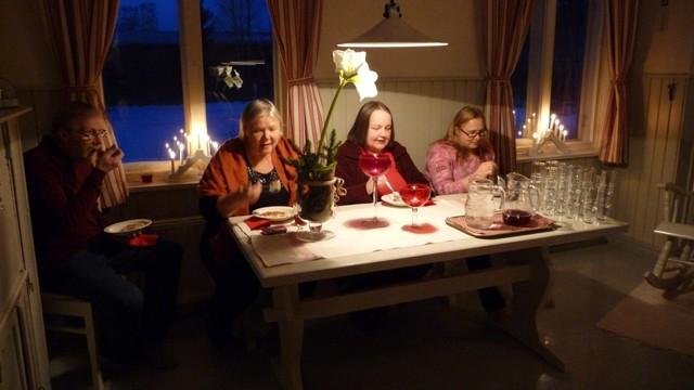 17.12. Pappilan keittiössä joulupuurolla