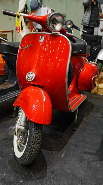 escaping_winter_11th_day_classic_motorshow_bremen_red_vespa_is_always_the_red_vespa.