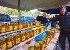 3._rethymnon_thursday_market._nikos_zoumberakis_is_selling_home_made_honey_and_offering_home_made_raki_gia_mas._25.10.2018._photo_hannu_sinisalo.