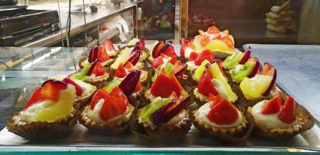 colourful_cupcakes_made_by_bakery_niktari_rethymnon._photo_hannu_sinisalo.