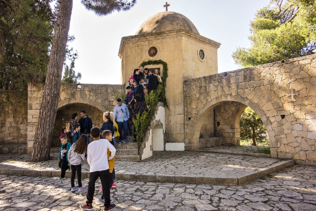 arkadi_monastery._what_are_kids_so_eagerly_wanting_to_see_in_that_small_room._photo_hannu_sinisalo.
