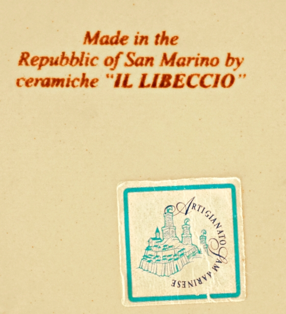 0107._the_stamp_of_il_libeccio_on_the_bottom_of_the_small_plate_also_a_sticker._foto__hannu_sinisalo_2019.