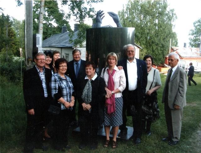 Hovinkartanon_Taidekeskus_näyttelyvieraita_avajaispäivänä
