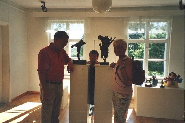 Hollantilaisvieraat katsomassa Hannu Sipilän veistoksia Pieksämäen näyttelyssä v. 2005