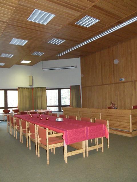 Valtuustosali varustettuna isolla pöydällä