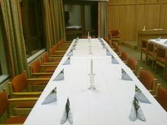 """Pitkä juhlapöytä Heinolatalon """"valtuustosalissa"""""""