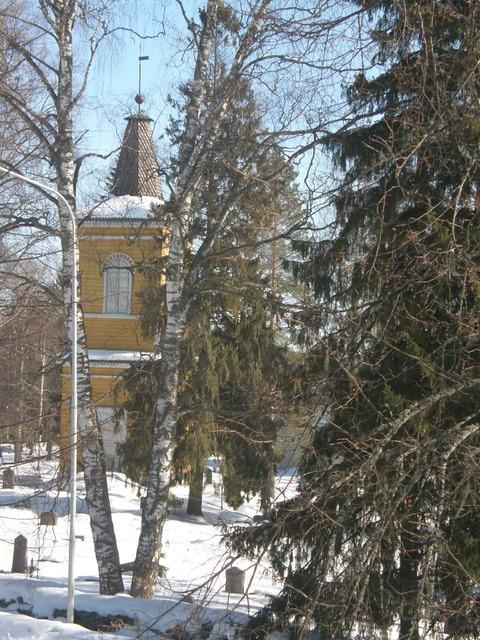 Lähinaapurina on mm. hieno ja historiallinen Pitäjänkirkko hautausmaineen