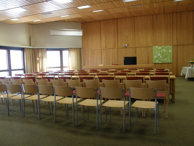 Kokouspöytärivistöjen jatkeeksi salissa on reilusti tilaa lisätuoteille