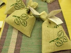 Puffalan tuoksupusseja pellavapyyhkeiden päällä