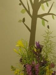 """Elämyspuodin puu ja vaihtuvaa """"kukkatarhaa"""""""
