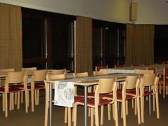 Sali on muunneltavissa siirrettävillä pöydillä ja tuoleilla