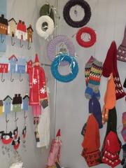 Seinänaulakoita, paperinarukransseja, villasukkia, Tilda-nukkeja
