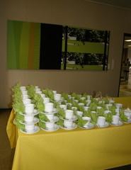 Kahvipöytä entiseen kunnanhallitussaliin katettuna