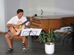 06._kari_heiskanen_soittaa_kitaraa
