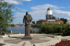 Pietari Suuren patsas, taustalla Wiipurin linna