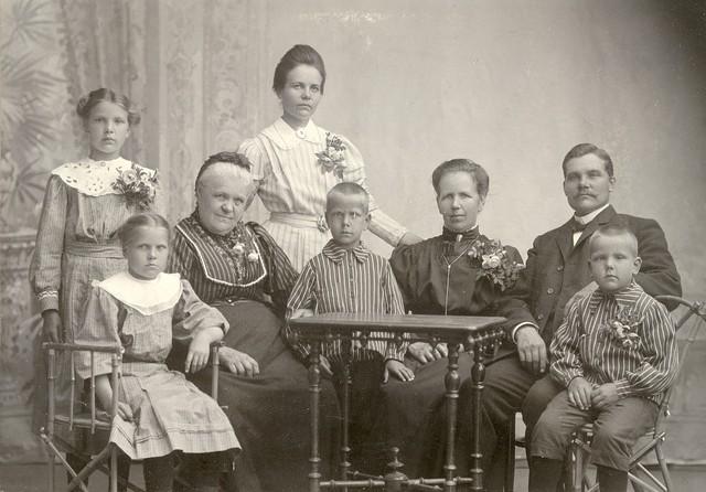 natalia helomaa, helma h (seisoo), matilda ja vaino h perheineen n. 1906-07