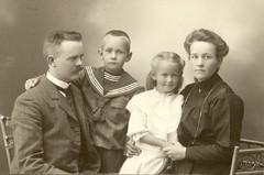bertha ja hannes helomaa, ilmari ja kyllikki n. 1910