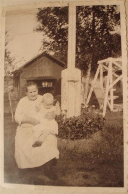 aina+maria+saari+sylissaan+lapsenlapsensa+sirkka.+kuva+vuodelta+1938 (large)