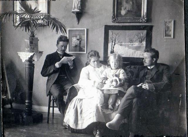 Onni Helkiö Toivo ja Eeva Helon luona Helsingissä n. 1910