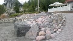 Luonnonkiveä ja betonikiveä yhdistetty