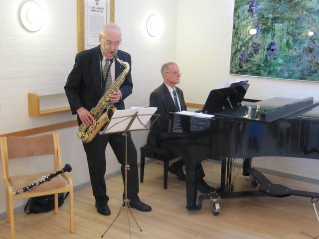 Sotaveteraani Joel Lahti saksofonilla ja Matti Orlamo flyygelillä esittivät veteraanien nuoruusvuosien suosikkikappaleita.