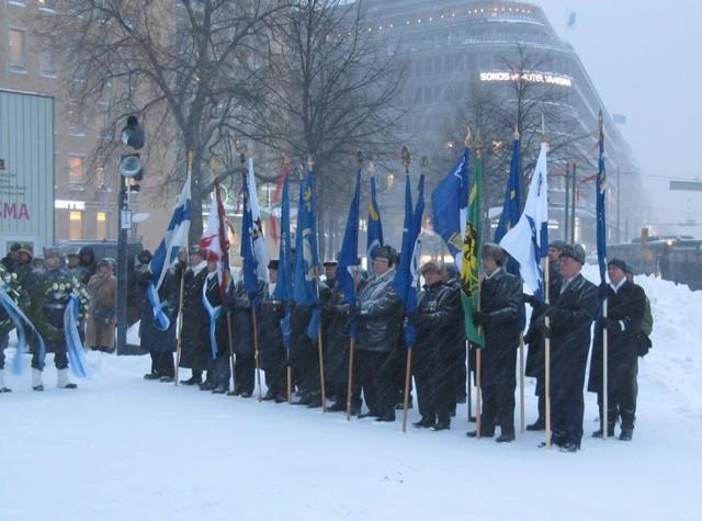 Pakkasesta ja purevasta lumimyrskystä piittaamatta veteraanien ja maanpuolustusjärjestöjen lippulinna järjestyi muistotilaisuuteen 30.11.2012 klo 09.00