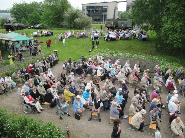Oulunkylään oli saapunut yli 600 veteraania läheisineen nauttimaan alkukesän auringosta