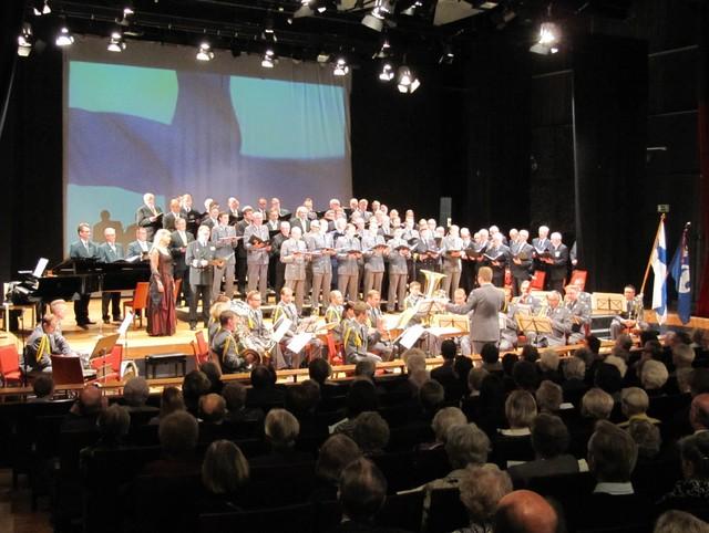 Valoa Syksyyn konsertti päättyi Katri Paukkusen ja kuorojen sekä Kaartin Soittokunnan yhteisesitykseen