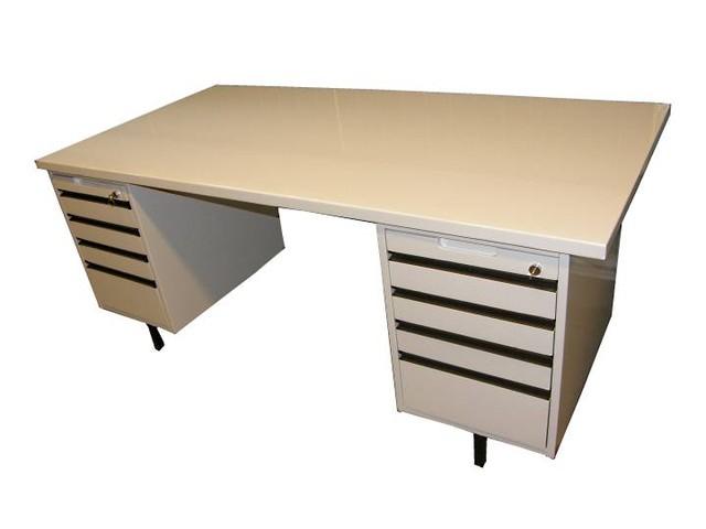 Toimistonpöytä