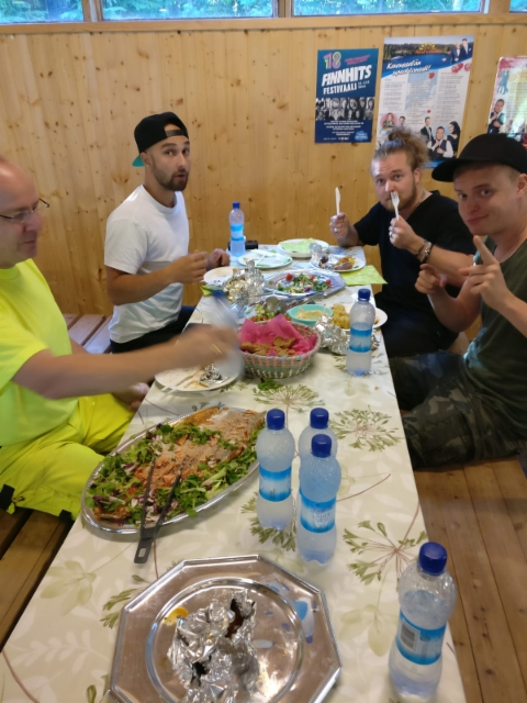 Teemu Roivainen & Energia syömässä.