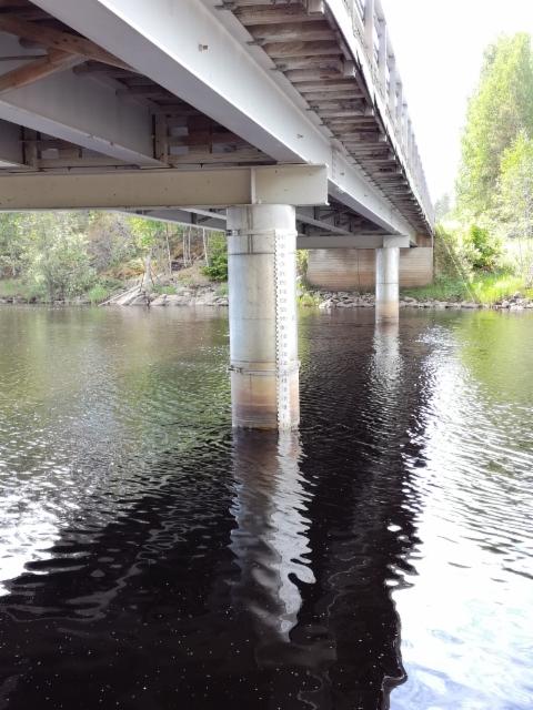 Kesällä 2017 siltapilariin asennettu veden korkeusasteikko