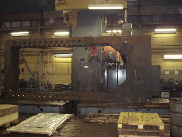 Koneistuksessa puristusteholtaan 500 ton vaakamallinen puristinrunko.