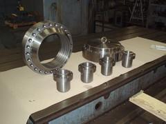 Koneistettuja kappaleita hydraulisylinteriin.