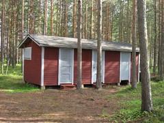 Piharakennus (vasemmalta: vierasmakuuhuone, työpaja, liiteri)