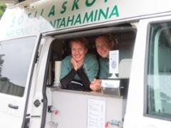 Hippu Kilpeläinen ja Iiris Ihalainen tarjosivat kahvia sodeautosta.
