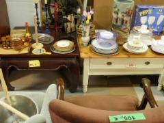 Olohuoneen pöytiä, monia malleja.