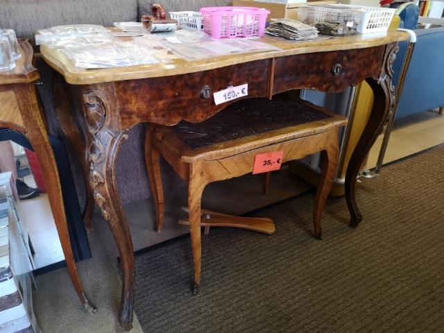 1800-1900 luvun vaihteen työpöytä sekä pieniä sivupöytiä.