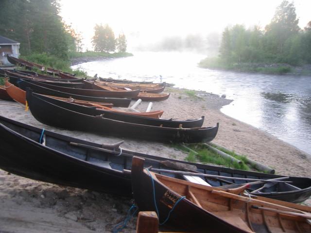 Veneet nukkuvat Taivalkoskella kesäyössä2007
