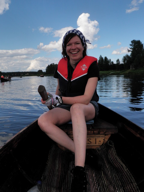 Anni Sinnemäki iloisena perämiehenä vuonna 2011