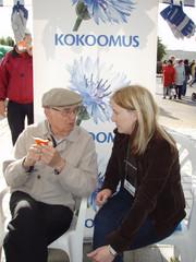 laura jututtaa veteraania syyssatomarkkinoilla 6.9.2008