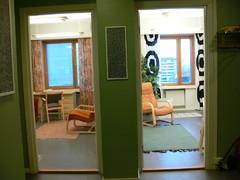 Näkymä eteisestä huoneisiin 3 ja 4.