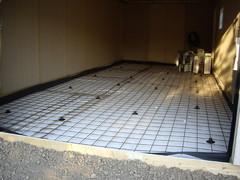 Autotallin lattian eristäminen